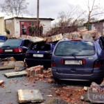 В Бресте ветер повалил кирпичную стену на припаркованные машины
