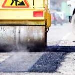 На участке дороги Ружаны-Пружаны латают ямы и выравнивают асфальт