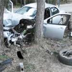 Парень катал друзей на капоте и врезался в дерево — один человек погиб